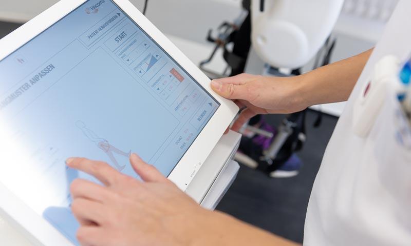 Klinikpersonal tippt auf Tablet