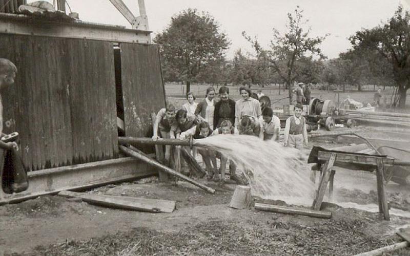 Zurzacher Jugend freut sich über Erbohrung Thermalwasser 1955