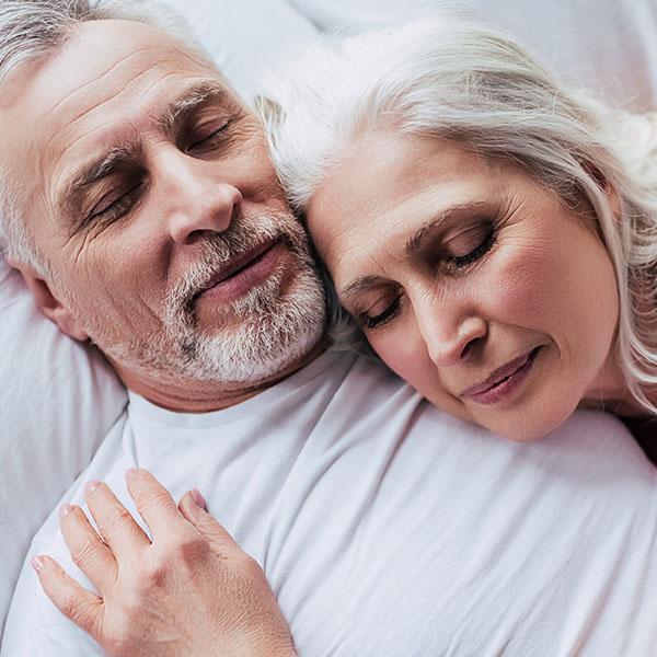 Älteres Paar friedlich am schlafen