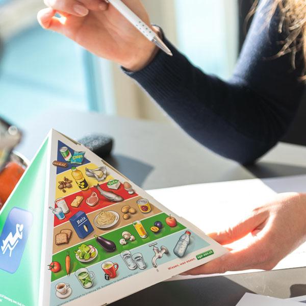 Beraterin erklärt Ernährungspyramide